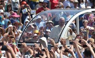 Arrivée du pape François au stade olympique où il doit célébrer la messe le 6 juin 2015 à Sarajevo