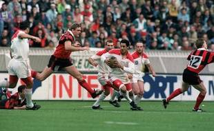 Eric Melville (à gauche) face à Serge Blanco lors de la finale du championnat Biarritz-Toulon le 6 juin 1992 au Parc des Princes.