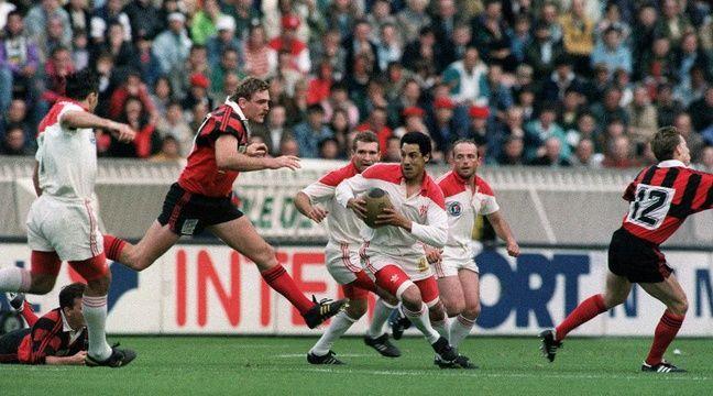 Eric Melville (à gauche) face à Serge Blanco lors de la finale du championnat Biarritz-Toulon le 6 juin 1992 au Parc des Princes.  – OLIVIER MORIN, JEAN-LOUP GAUTREAU / AFP