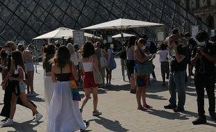 Les visiteurs patientent devant le Louvre ce 21 juillet 2021.