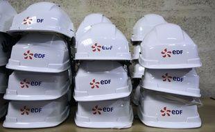 Des casques de chantier empilés lors de la visite de Sébastien Lecornu sur un site d'EDF le 26 avril 2018.