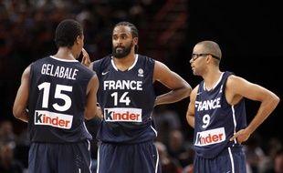 Les joueurs de l'équipe de France de basket, Mickaël Gelabale, Rony Turiaf et Tony Parker (de gauche à droite), lors d'un match de préparation le 15 juillet 2012 à Paris contre l'Espagne.