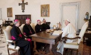 Photo d'archives du 12 avril 2019, diffusée par le Vatican, montrant le pape François (D) en discussion avec  l'évêque de Saint-Denis, l'archevêque de Montpellier, l'archevêque de Marseille, et le secrétaire général de la Conférence des évêques de France.