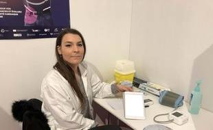 Charlène, infirmière, réalisait lundi 2 décembre place de la Bourse à Paris, des dépistages gratuits des maladies du coeur et des os lors de l'événement Protect Ur Life.