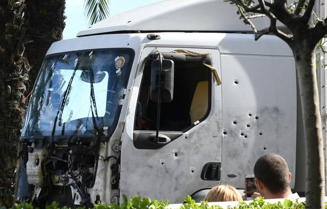 Le camion criblé de balles de l'auteur de l'attentat de Nice