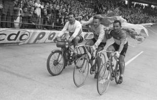 Tour d'honneur de Jacques Anquetil et Jean Stablinski à l'arrivée de la course Bordeaux-Paris, le 31 mai 1965.