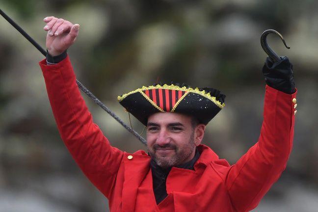 Damien Seguin, déguisé en Capitaine Crochet à l'arrivée de son premier Vendée Globe.