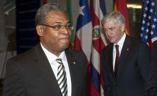 Le Premier ministre haïtien Jean-Max Bellerive (à gauche) et le ministre des Affaires étrangères canadien Lawrence Cannon, lors de la réunion sur la reconstruction d'Haïti à Montréal (Canada), le 25 janvier 2010.