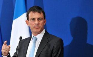 """Le Sénat a commencé jeudi l'examen d'un projet de loi qui prévoit de remplacer la garde à vue des sans-papiers, devenue illégale, par une """"retenue"""" pouvant aller jusqu'à seize heures, une mesure souhaitée par le ministre de l'intérieur Manuel Valls pour gérer avec """"efficacité"""" les expulsions."""