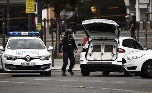 (Photo d'illustration) Des policiers interviennent à Villejuif après la découverte d'engins explosifs.