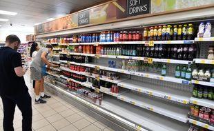 Face à l'explosion de cas contacts au Royaume-Uni, des magasins en manque d'effectif sont contraints de fermer, de réduire leurs heures d'ouverture, ou peinent à garnir les rayons.