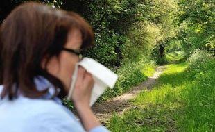 Une femme victime d'allergie le 18 mai 2013 à Godewaersvelde dans le nord de la France