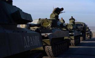 Un convoi de séparatistes pro-russes près de la ligne de front, à promixité de la ville de Starobeshevo, le 25 février 2015