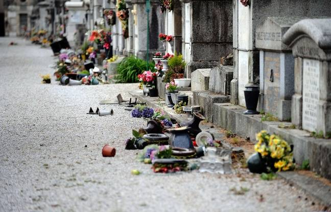 Les tombes profanées au cimetière de the Saint-Roch à Castres le 15 avril 2015.