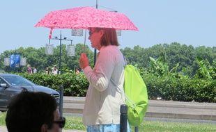 Une dame se protégeant du soleil dans Bordeaux, jour de canicule, le 30 juin 2015.