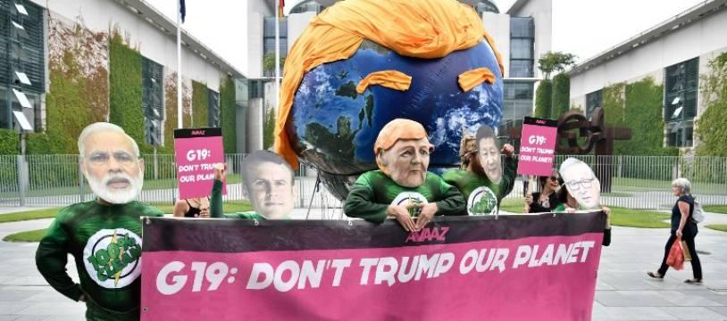 Des manifestants masqués en chefs d'Etat à Berlin, le 29 juin 2017, en marge d'un sommet international.