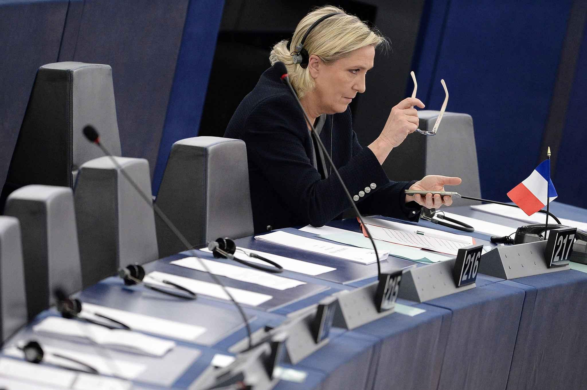 L'UE réclame près de 340.000 euros à Marine Le Pen — Assistants parlementaires