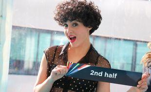 Le 16 mai 2021, à Rotterdam, Barbara Pravi, représentante de la France à l'Eurovision, présente le bulletin tiré au sort lui assurant un passage dans la deuxième moitié de la finale.