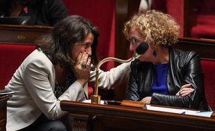 Muriel Pénicaud (à droite) discute avec sa collègue au gouvernement, Agnès Buzyn, mardi 19 juin, à l'Assemblée nationale.