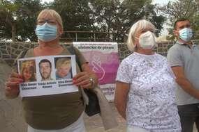 Les proches de la mère des deux petites filles se sont réunis après la découverte de l'embarcation appartenant au père des enfants.