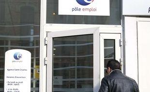Un demandeur d'emploi entre dans une agence Pole Emploi de  Marseille, le 24 février 2015.