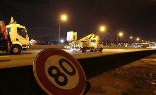 Un panneau de limitation de vitesse à 80 km/heure sur le boulevard périphérique autour de Paris, le 7 janvier 2014