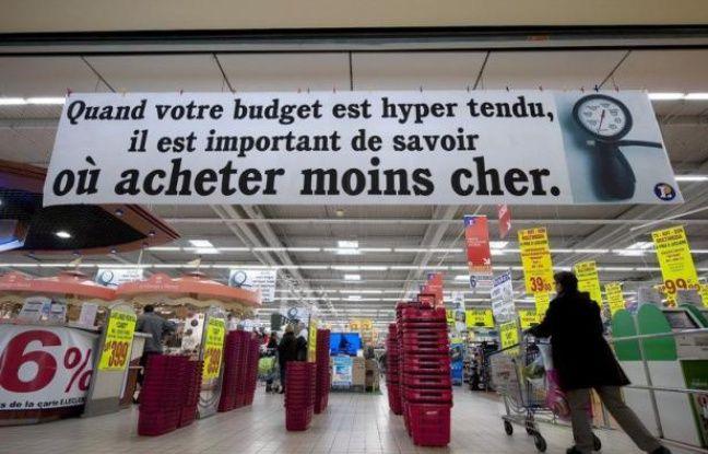 La crise qui pèse sur le porte-monnaie des Français accentue le fossé entre les magasins Leclerc, qui gagnent du terrain grâce à leur image de rois du prix le plus bas, et Carrefour qui continue de payer ses erreurs stratégiques.