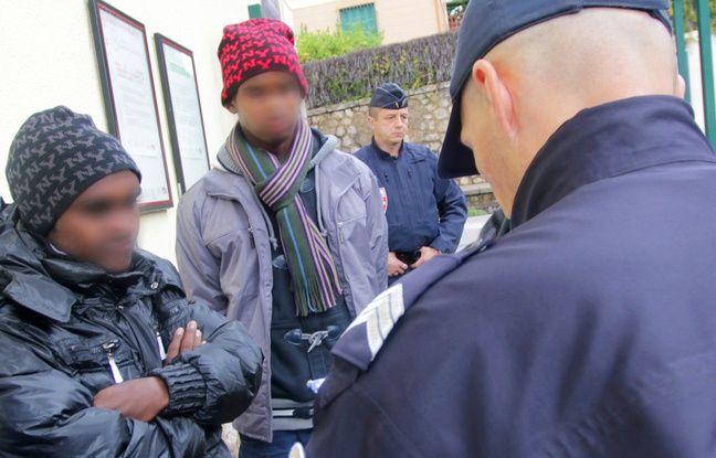 Des migrants interpellés en gare de Menton-Garavan, dans les Alpes-Maritimes, en novembre 2014 (Archives).