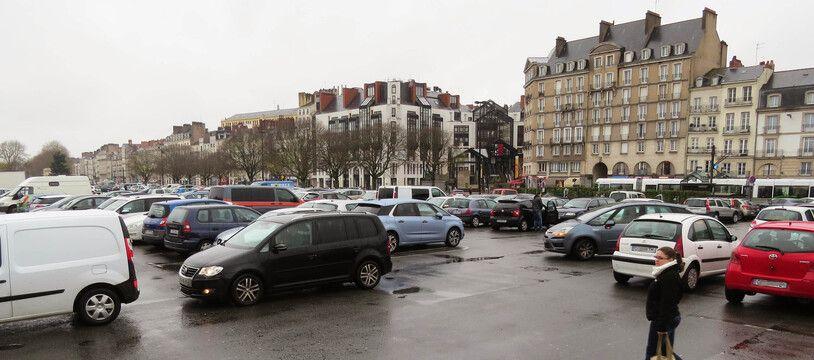 La place de la Petite-Hollande, vaste parking minéral.