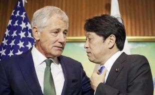 Le secrétaire américain à la Défense Chuck Hagel (g) en compagnie du ministre japonais de la Défense Itsunori Onodera, le 31 mai 2014 à Singapour