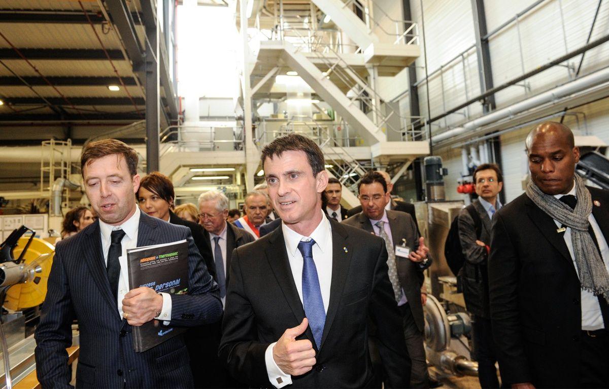 Manuel Valls, lundi 22 février, en visite de l'usine Protechnic, à Cernay dans l'Est de la France. – SEBASTIEN BOZON / AFP