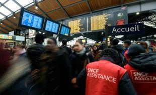 Des voyageurs à la gare Saint-Lazare le 26 avril 2016, jour de grève des cheminots, à Paris