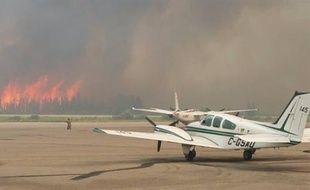 Les feux de forêt encerclent l'aéroport de La Ronge, en Saskatchewan (Canada), ce 6 juillet 2015.