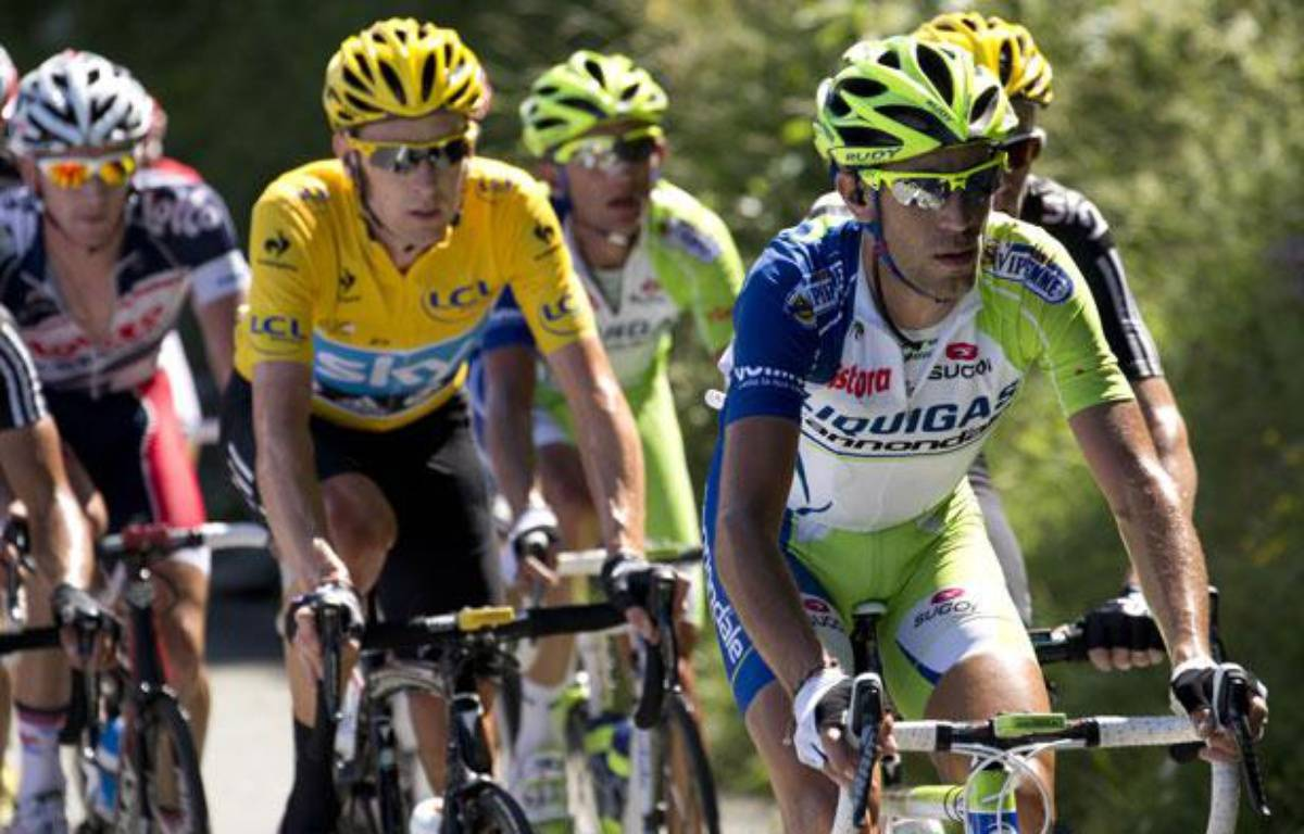 L'Italien Vincenzo Nibali en tête du peloton devant Bradley Wiggins en jaune, le 8 juillet 2012. – JOEL SAGET / AFP