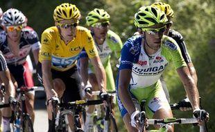 L'Italien Vincenzo Nibali en tête du peloton devant Bradley Wiggins en jaune, le 8 juillet 2012.
