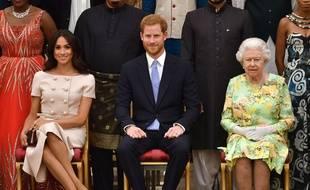 Vous le voyez le joli faux pas de Meghan Markle à quelques centimètres seulement de la Reine?