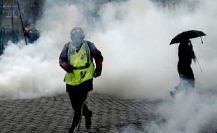 Un «gilet jaune» se protège des gaz lacrymogènes (illustration).