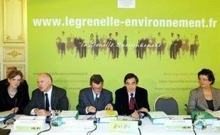 """Le Grenelle de l'environnement a entamé mercredi son marathon final de deux jours pour opérer une """"révolution écologique"""" dans l'économie française, avec un accord sur de premières mesures phares comme l'éco-pastille pour les voitures et un programme ambitieux dans le bâtiment."""