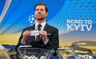 L'ancien international espagnol Xabi Alonso montre le ticket du Paris Saint-Germain, durant le tirage au sort de l'UEFA le 11 décembre 2017.