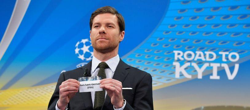 L'ancien international espagnol Xabi Alonso montre le ticket du Paris Saint-Germain, durant le tirage au sort de l'UEFA le 11 décembre 2017.