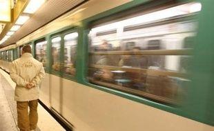 Un agent de la RATP est décédé jeudi soir après avoir été heurté par une rame à Maisons-Alfort (Val-de-Marne) alors qu'il effectuait des travaux de maintenance sur les voies, a-t-on appris vendredi de source policière.