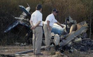 Des enquêteurs collectent des indices au milieu des débris, le 10 mars 2015 à La Rioja après le crash entre deux hélicoptères en Argentine