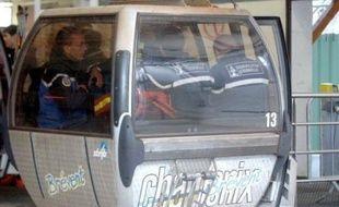 """La solidité de la télécabine, d'où a mortellement chuté un homme samedi à Chamonix, a été mise en cause par un """"test"""" effectué lundi par la gendarmerie, mais qui est dépourvu de valeur probante, a indiqué à la presse le procureur de la République de Bonneville."""