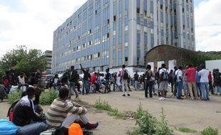 Les migrants expulsés patientent, sans solution, au pied du bâtiment Cap 44.
