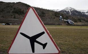 Un hélicoptère de secours décolle de Seyne-les-Alpes pour survoler le lieu de crash de l'Airbus A320 de la compagnie allemande Germanwings