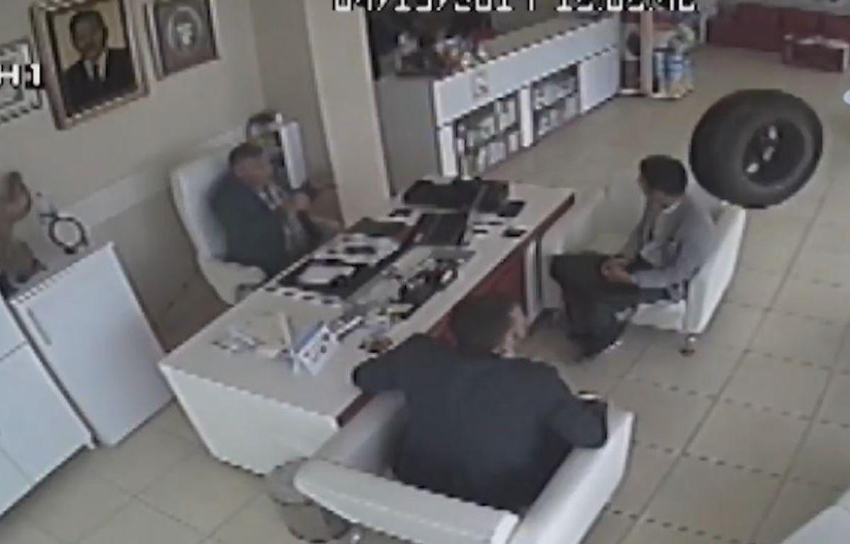 Deux hommes agressés par un pneu. – Le Rewind
