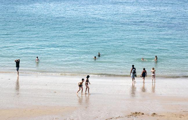 Des touristes se baignent sur la plage du Môle à Saint-Malo, ici en juillet 2016.