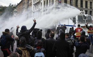 Lyon, le 19 mai 2016. La police a usé du canon à eau pour disperser les manifestants place Bellecour. AFP PHOTO / JEAN-PHILIPPE KSIAZEK