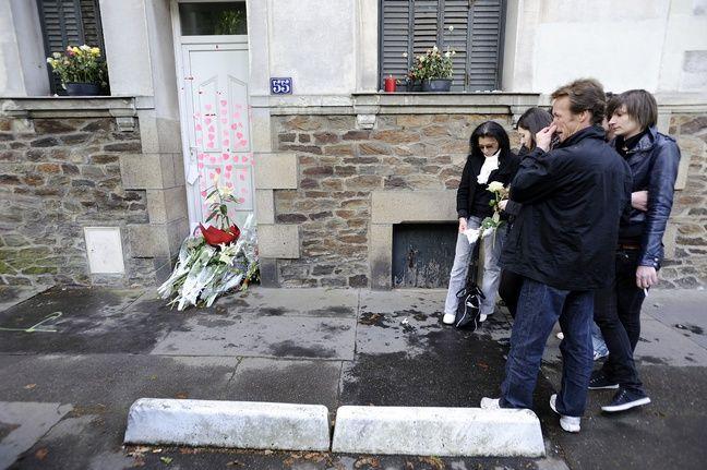 Des personnes se recueillant devant la porte des Dupont de Ligonnès en 2011.