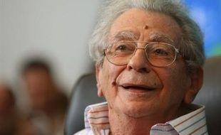 Le plus célèbre des cinéastes égyptiens, Youssef Chahine, dans le coma après une hémorragie cérébrale, a quitté lundi Le Caire pour la France afin d'y être soigné, a-t-on appris de source aéroportuaire.